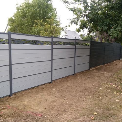 Clôture en bois composite gris clair avec décor acier gris anthracite