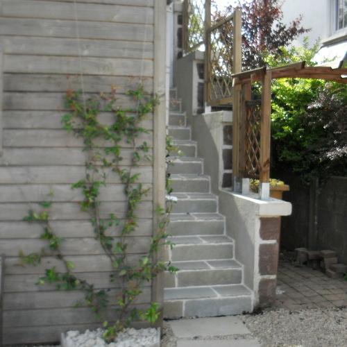 Escalier en grès, pergola bois et plante grimpante sur câble inox à st Brieuc.