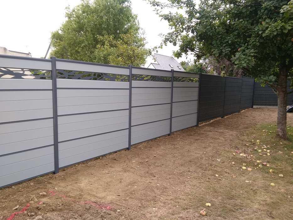 Clôture en bois composite gris clair avec décor acier gris anthracite 0