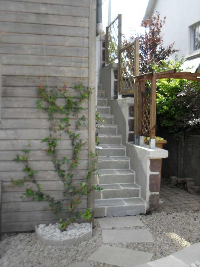 Escalier en grès, pergola bois et plante grimpante sur câble inox à st Brieuc. 0